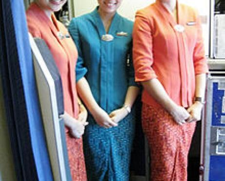 Pramugari Garuda Indonesia berkebaya
