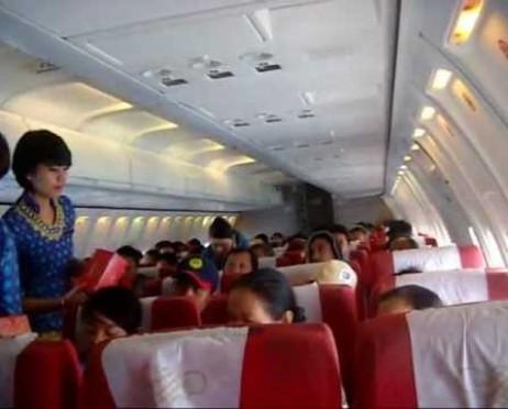 Suasana dalam pesawat Sriwijaya Air