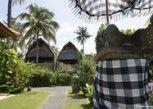 Pesan Kamar Bungalow Deluks di Anom Beach Hotel