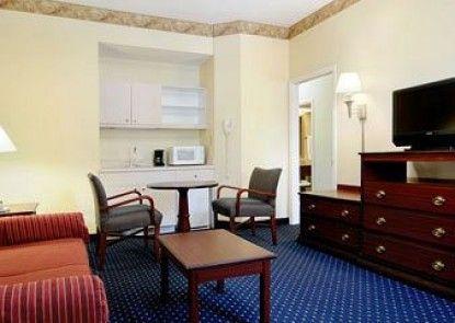 Baymont Inn & Suites Tallahassee Teras