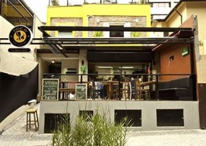 Bee.W Hostel & Bar