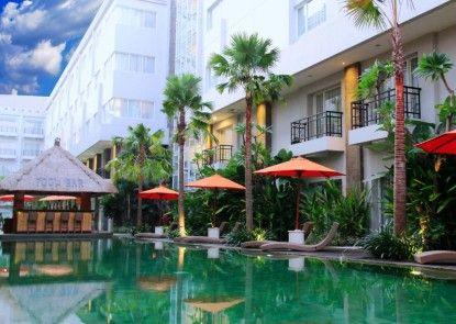 b Hotel Bali & Spa Kolam Renang