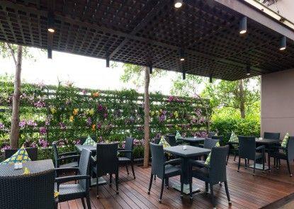 Chatrium Hotel Riverside Bangkok Bar Tepi Kolam