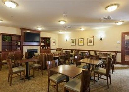 Country Inn & Suites By Carlson, Manchester Airport, NH Teras