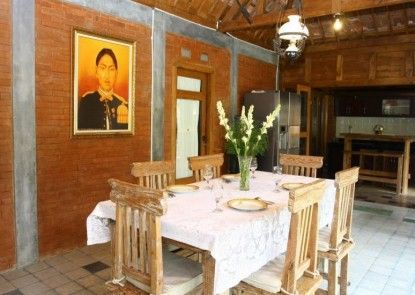 D Asti Guest House and Living Ruang Makan