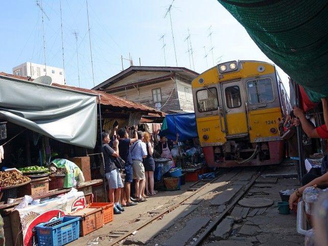 Half Day Maeklong Railway Market and Damnoen Saduak Floating Market Private Tour