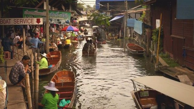 Half Day Maeklong Railway Market and Damnoen Saduak Floating Market Private Tour