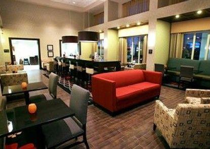 Hampton Inn & Suites by Hilton Red Deer Teras
