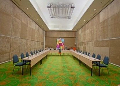 HARRIS Hotel & Conventions Kelapa Gading Ruangan Meeting