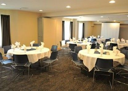 Holiday Inn Express & Suites Langley Teras