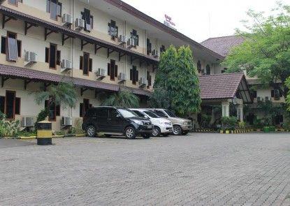 Hotel Mega Matra Tempat Parkir