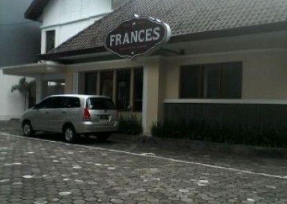 Frances Hotel Tempat Parkir