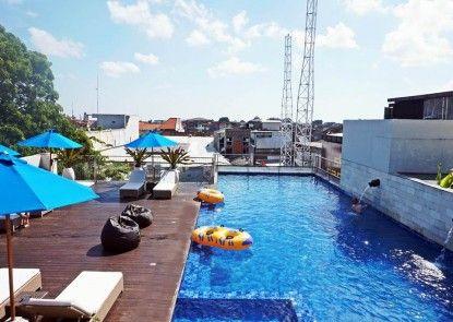 J4 Hotels Legian Kolam Renang