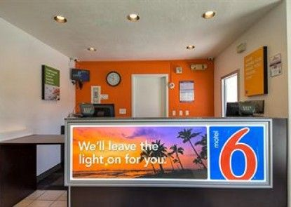 Motel 6 Carlsbad Downtown Teras