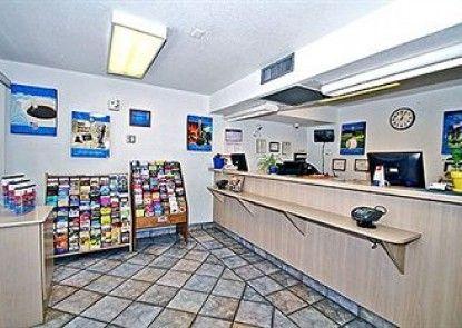 Motel 6 Kingman East Teras