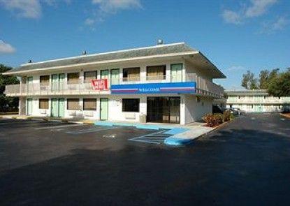 Motel 6 Pompano Beach Teras