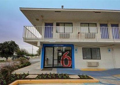 Motel 6 San Marcos Teras