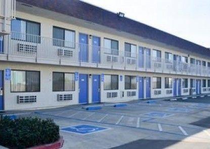 Motel 6 Lost Hills