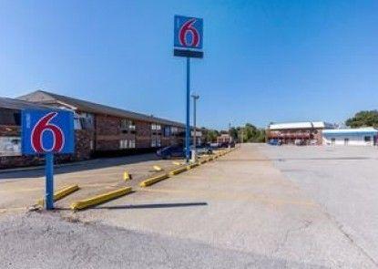 Motel 6 Troy, IL
