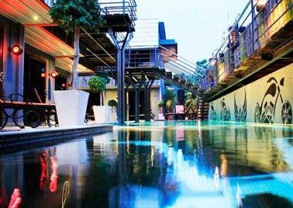Nicky\'s Handlebar Hotel