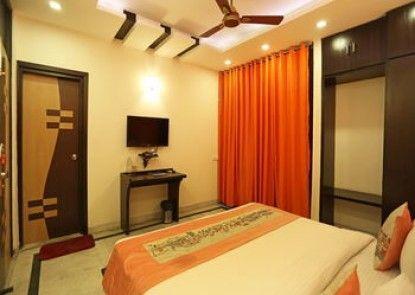 OYO Flagship GK2 Savitri Cinema
