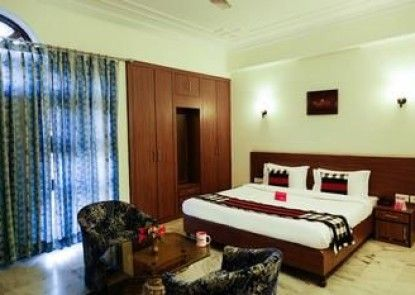 OYO Rooms Raja Park LBS College