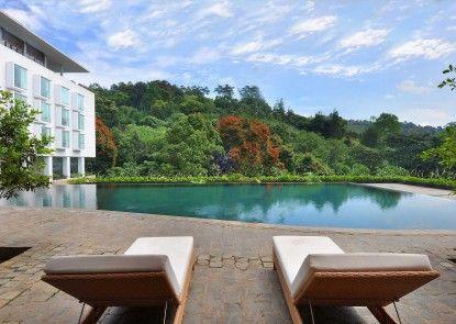 Padma Hotel Bandung Kolam Renang