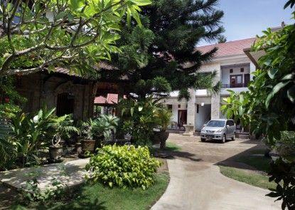 Puri Jayaraja Guest House Pintu Masuk