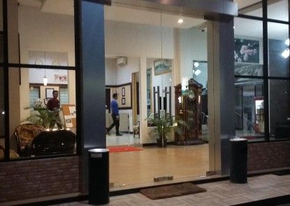 Queen City Hotel Banjarmasin ( A HARBOUR SIDE HOTEL ) Pintu Masuk