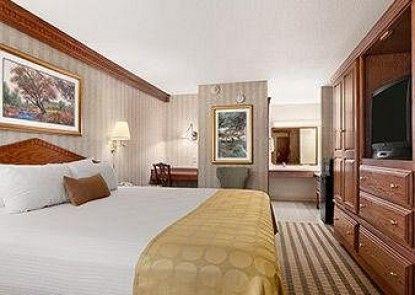 Ramada Saginaw Hotel and Suites