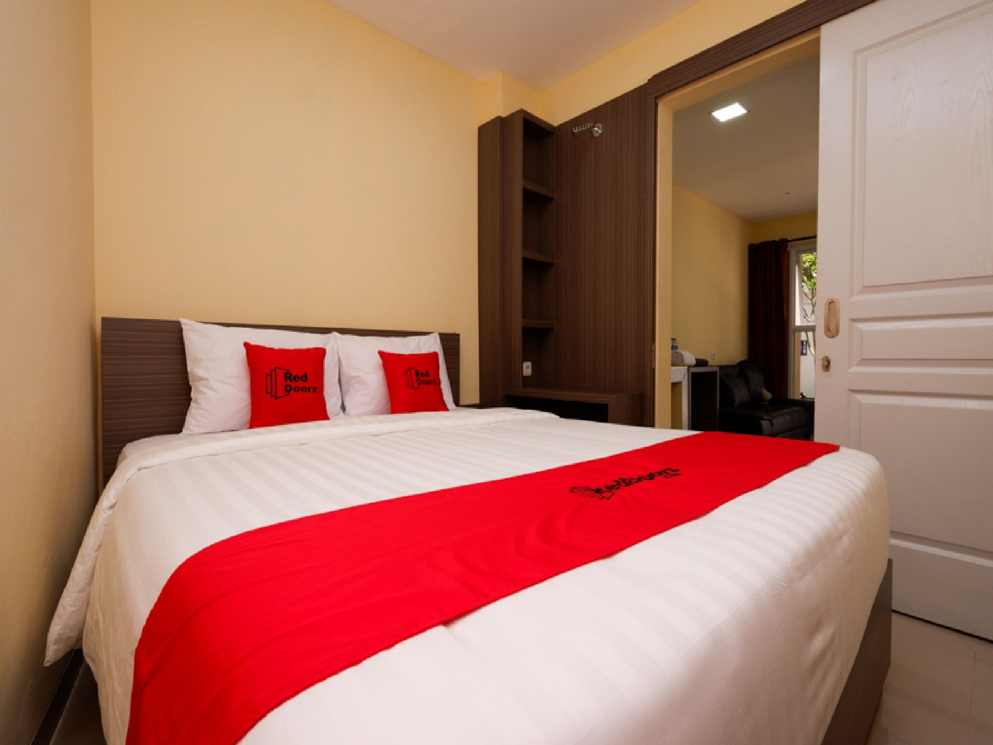 RedDoorz Plus near Paragon Mall Semarang, Semarang