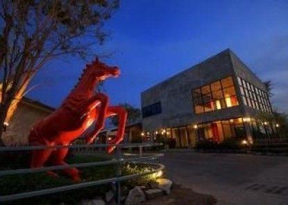 Red Horse Resort