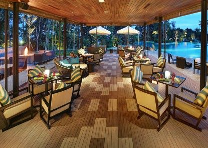 Royal Tulip Gunung Geulis Resort & Golf Bar Tepi Kolam
