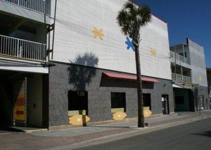 Sea And Breeze Hotel And Condo Teras