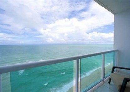 The Deauville Beach Resort Teras