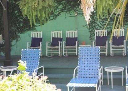 The Green House Inn Teras