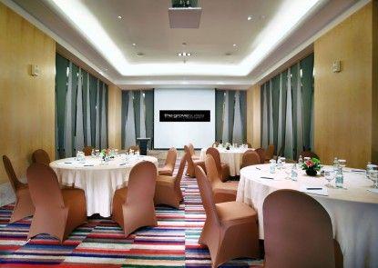 The Grove Suites Ruangan Meeting