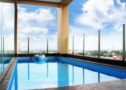The Luxton Cirebon Hotel & Convention Kolam Renang Pribadi