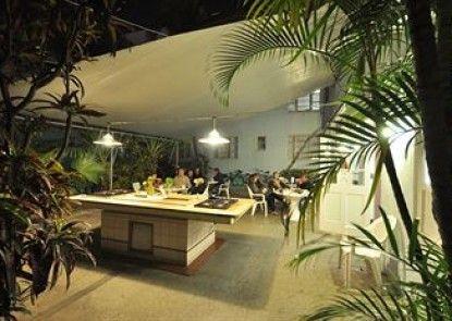 Tropics Hotel Teras
