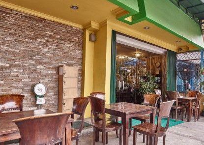 Twins Manggadua Kafe