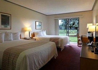 Village Green Hotel Teras