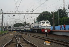 Fajar Utama Yogya akan masuk stasiun Jatinegara