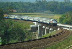 Kereta api Sawunggalih melintasi jembatan tiber Linggapura
